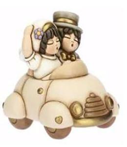 coppia sposini in auto